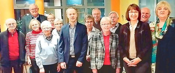 Besuch des CDU-Gemeindeverbandes Apen-Augustfehn im Pflegezentrum Augustfehn: (2.v.l.) Karl Hermann Reil, CDU-Fraktionsvorsitzender, vorne direkt in der Mitte, Thomas Burgdorff, Vorsitzender CDU Apen-Augustfehn, 2. v.r.: Barbara Woltmann